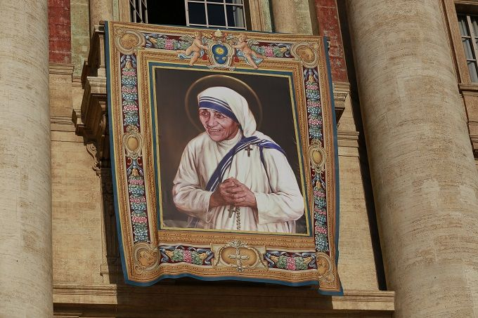 Official_banner_for_Mother_Teresas_canonization_hangs_in_StPeters_Square_Credit_Daniel_Ibez_CNA